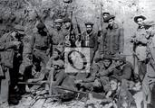 Fidel junto a un grupo de combatientes.