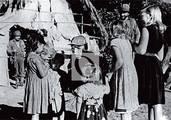 En un alto de la guerra, el Comandante recibe a niñas campesinas que fueron a saludarlo.