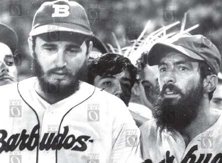 """Fidel Castro y Camilo Cienfuegos jugando beisbol para el equipo de los """"Barbudos"""". Enero de 1959, La Habana."""