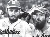 """Fidel Castro y Camilo Cienfuegos jugando beisbol para el equipo de los """"Barbudos"""""""