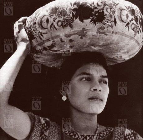 Mujer cargando vasija de Yecapixtle, Tehuantepec, 1929