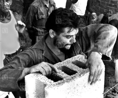 Ernesto Che Guevara durante un trabajo voluntario. Fotografía © Centro de Estudios Che Guevara.