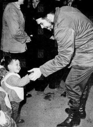 Ernesto Che Guevara durante una visita a la República Popular China. Fotografía © Centro de Estudios Che Guevara.