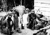 Fidel dibuja en la tierra detalles tácticos para una maniobra de combate