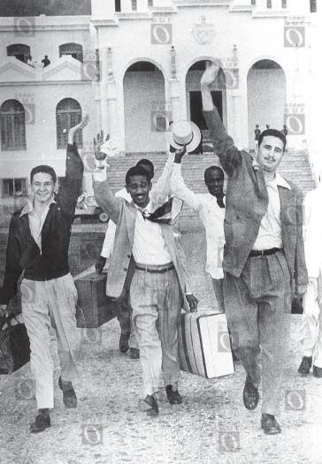 Raúl Castro, Juan Almeida y Fidel Castro saliendo de la prisión el 15 de mayo de 1955. Detrás de ellos se ve Armando Mestre. Puesto en prisión tras el ataque al Cuartel Moncada el 26 de julio de 1953, Fidel Castro es puesto en libertad en 1955, como resultado de una campaña popular por la amnistía.
