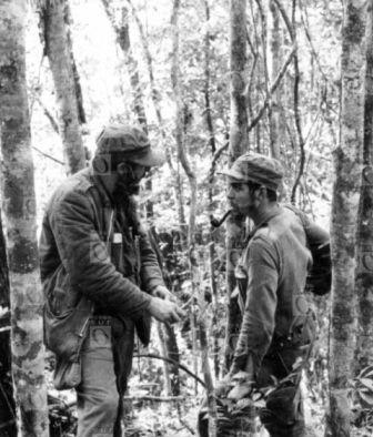 Fidel Castro y  Ernesto Che Guevara conversan en la Sierra Maestra, 1957. Fotografía © Centro de Estudios Che Guevara.