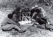 Fidel examina mapas junto a combatientes: Celia, Vilma, Daniel, Haydee, Marcelo y Faustino.