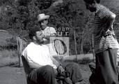 Fidel conversa mientras lo pelan, en una improvisada barbería en El Naranjo, Sierra Maestra.