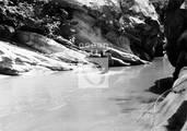 Guerrillero cruzando un río