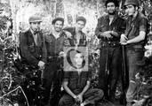 Che con combatientes de su columna, entre ellos Ciro Redondo y Ramiro Valdés