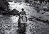 Fidel cruza un río de la Sierra.