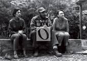 Celia, Fidel y Haydee, sentados en un secadero de café, abril de 1958.