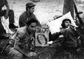 Che en un momento de descanso con miembros de su columna, entre ellos el combatiente Olo Pantoja