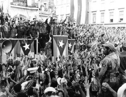 Fidel Castro hablando ante una manifestación frente el Palacio Presidencial, La Habana, 1959. Fotografía © Oficina de Asuntos Históricos del Consejo de Estado, Cuba.