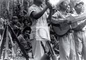 En primer plano, el Quinteto Rebelde; aparecen, entre los combatientes: Haydée, Fidel y Celia.
