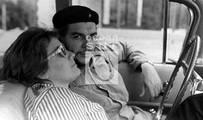 Che y Aleida durante un recorrido por el interior de la isla, 1959