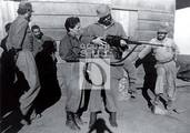 En la Comandancia de La Plata, Fidel le muestra el fusil belga a la combatiente Pastorita Núñez