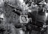 En una práctica de tiro en la montañas de la Maestra, Fidel dispara con una Browning.