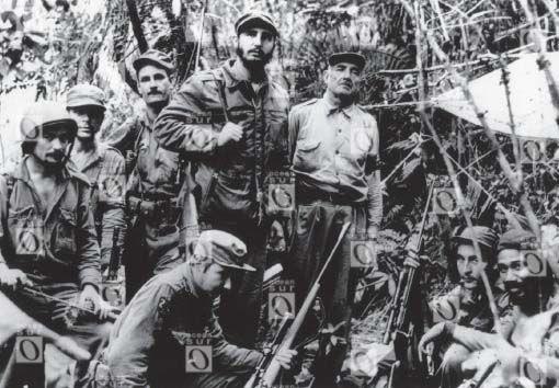 Sierra Maestra, 1957: Che Guevara (segundo desde la izquierda), Fidel Castro (cuarto desde la izquierda, de pie), Raúl Castro (de rodillas, enfrente), y Juan Almeida (primero desde la derecha).
