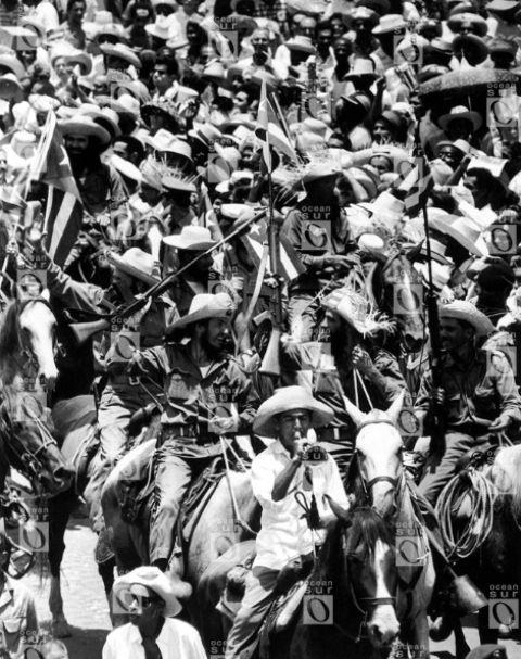 """""""Camilo desfila con la caballería"""", La Habana, 1959. Fotografía © Alberto Korda."""