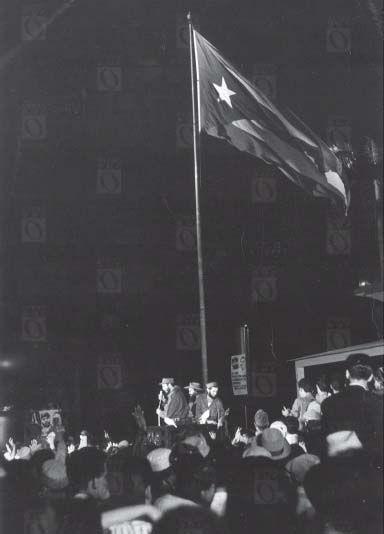 Fidel Castro hablando en el campo Columbia, 8 de enero de 1959, La Habana. Camilo Cienfuegos a la derecha de Fidel.
