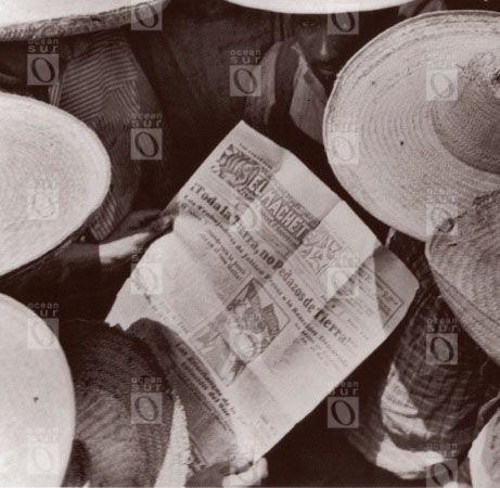 Hombres leyendo El Machete, México, 1928