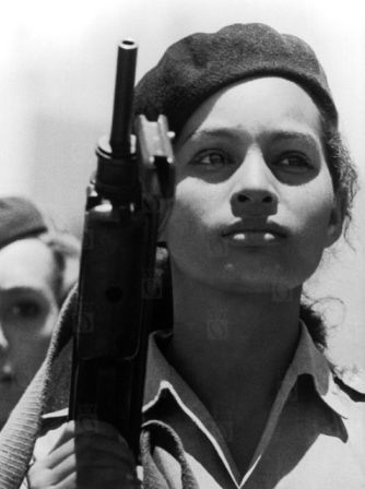 Miliciana, década de 1960. Fotografía © Alberto Korda.