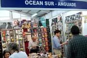 El intelectual José Barnoya (centro) en el stand de Ocean Sur en FILGUA 2010