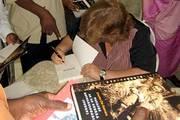 Aleida Guevara, una vez finalizada la presentación, firma ejemplares del libro
