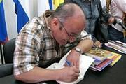 Hugo Moldiz firma libros a petición del público
