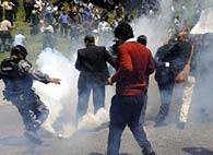 El presidente Rafael Correa es atacado con bombas lacrimógenas, antes de ser secuestrado